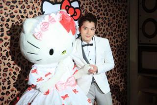 邱泽上海剪彩扮白马王子 钟爱Hello Kitty气质女生
