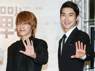 Super Junior赴港领奖 东海惨被K头