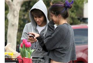 """与Bieber甜蜜逛超市 赛琳娜秀小腹撇""""孕味"""""""