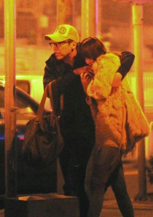 陶喆偕长发辣妹返酒店 疑与女友分手