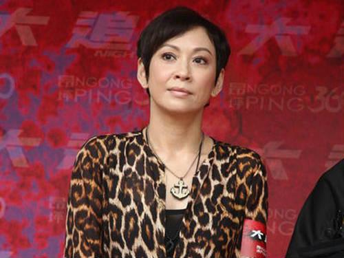 周润发前妻余安安与小22岁男同居