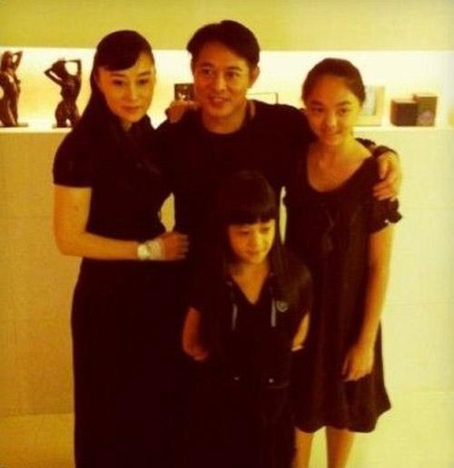 李连杰49岁庆生 全家福照曝光