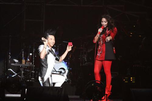 张惠妹演唱会庾澄庆下跪求婚