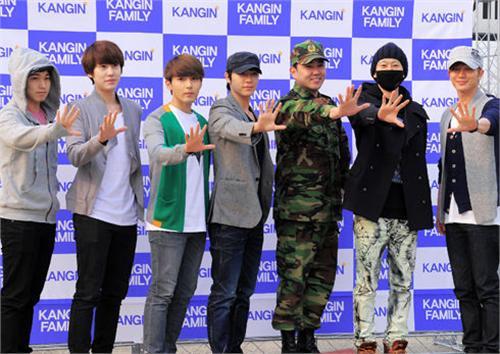 SJ强仁退伍 成员到贺热情相拥