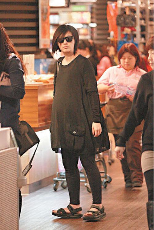 杨千嬅挺巨肚出巡 预产期提前到5月底