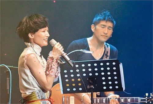 卢巧音宣布明年嫁人 演唱会男友吉它伴奏