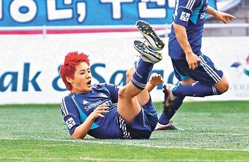 Xiah踢球跌个四脚朝天