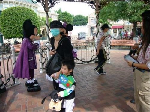 张柏芝带子游迪士尼 Lucas扮高飞狗