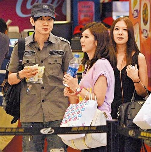 林俊杰3女陪看戏 获喂面包爱不释口